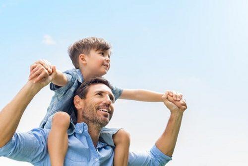 Vater mit Sohn auf Schultern