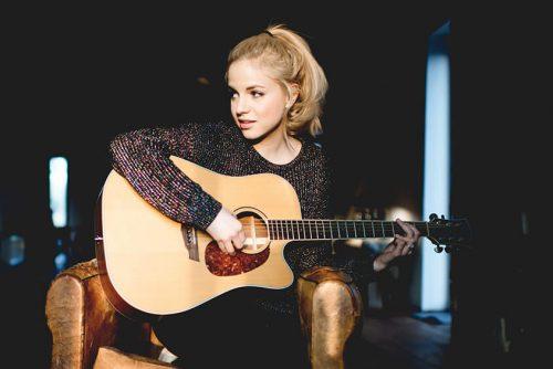 Julia Engelmann mit Akkustik Gitarre