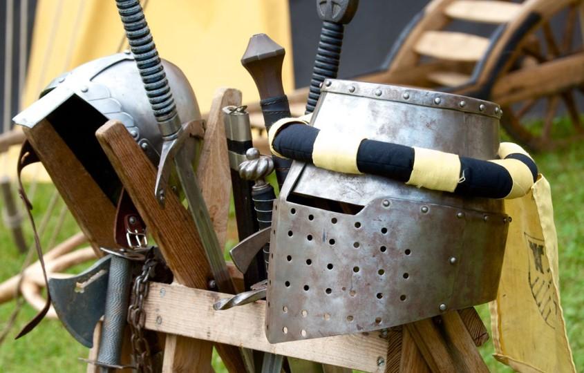 Foto Ritterhelm und Schwerter